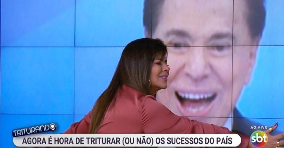 Mara Maravilha abraça a imagem de Silvio Santos na estreia do Triturando