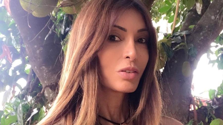 A jornalista Mayra Santos retirou as próteses de silicone por achar que elas tinham ligação com vários problemas de saúde que ela vinha tendo há anos - Reprodução/Instagram