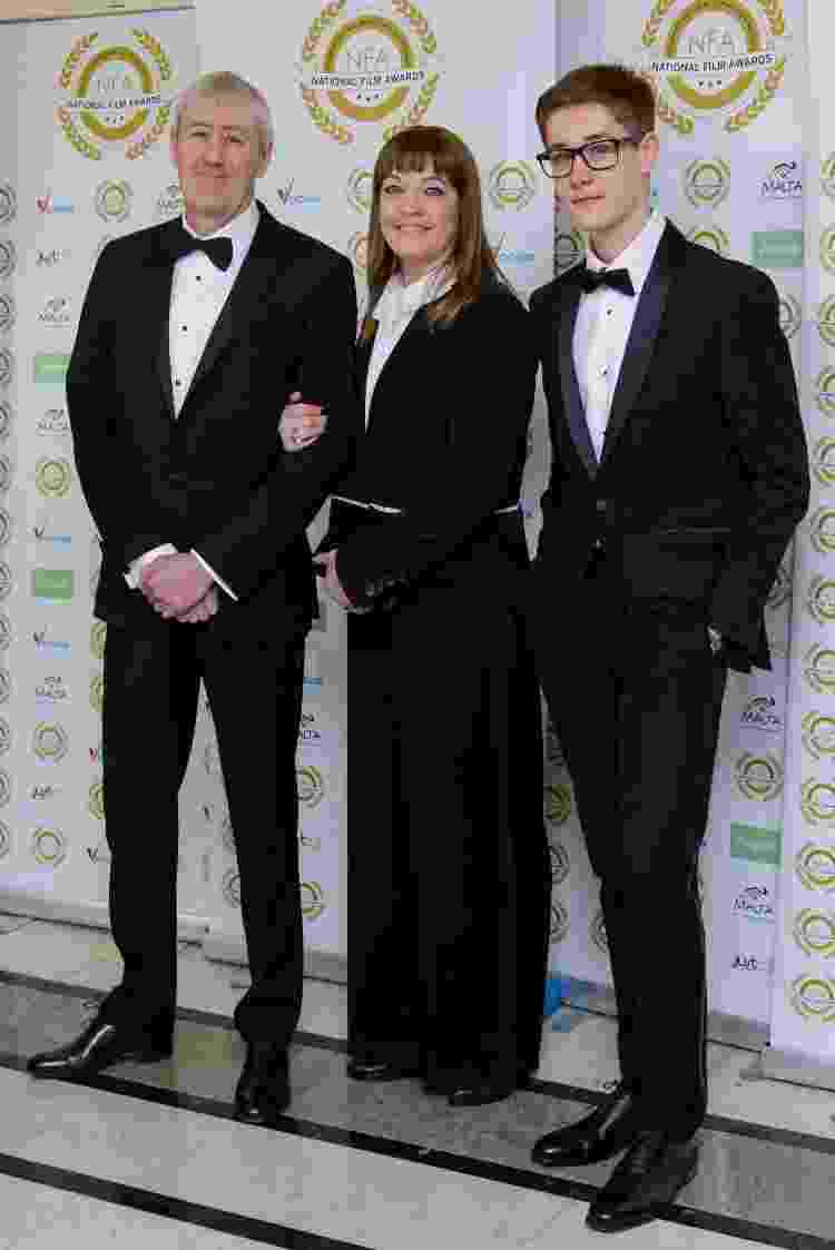 29.03.2017 - Archie Lyndhurst (à dir.) com o pai, Nicholas Lyndhurst (à esq.) e a mãe, Lucy Smith, no National Film Awards - Joe Maher/FilmMagic - Joe Maher/FilmMagic