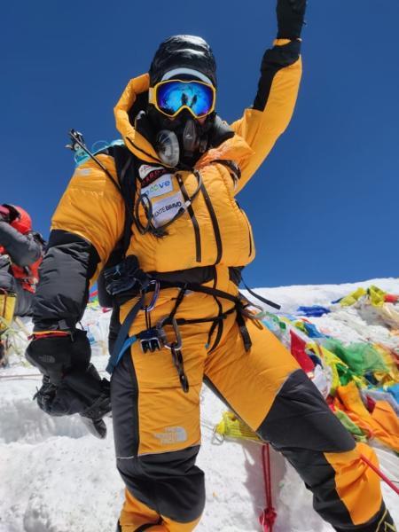 Aretha Duarte comemora ao chegar ao cume do Everest - Divulgação