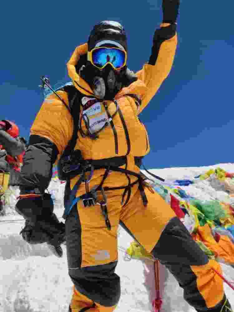 Aretha Duarte comemora ao chegar ao cume do Everest - Divulgação - Divulgação