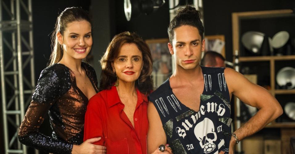 """Angel (Camila Queiroz), Fanny (Marieta Severo) e Visky (Rainer Cadete) em """"Verdades Secretas"""""""