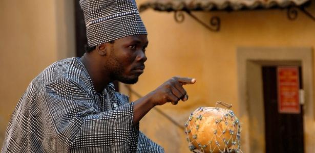 O comediante Kientega Pingdéwindé Gérard, conhecido como KPG, contador de histórias de Burkina Faso - Divulgação