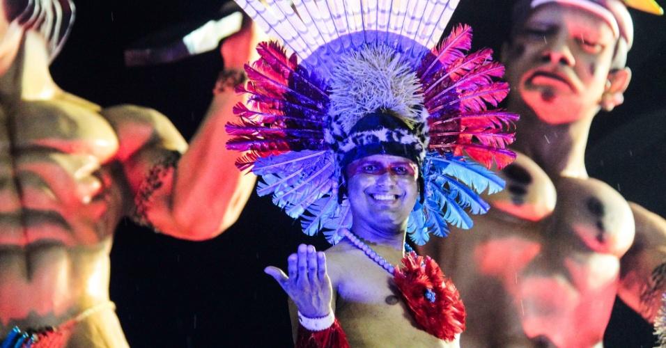 5.fev.2016 - Integrantes da escola de samba Pérola Negra no carro sobre os índios