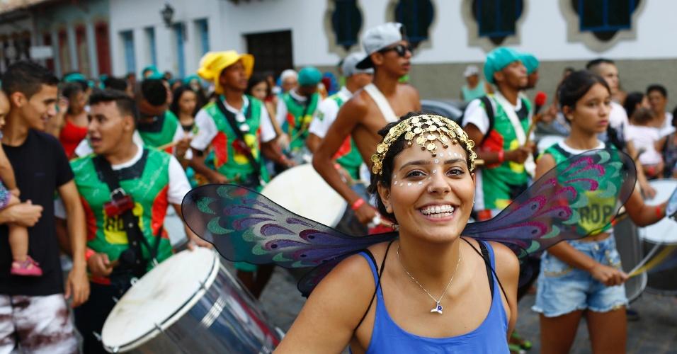 7.fev.2016 - Foliã desfila à frente da bateria no Bloco Santa Casa, no centro histórico de São João Del Rei (MG)