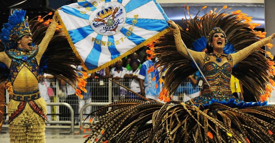 7.fev.2016 -Casal de porta-bandeira e mestre-sala se apresentam no desfile do Império de Casa Verde, segunda escola a entrar na madrugada deste domingo
