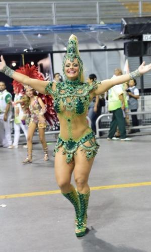 Rainha de bateria, Viviane Araújo desfila no Anhembi pela Mancha Verde, que levou para a avenida um samba-enredo sobre Mato Grosso