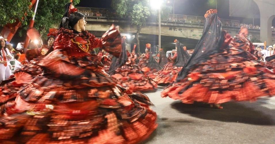 8.fev.2016 - Baianas do Salgueiro ensaiam na concentração do desfile na noite desta segunda-feira