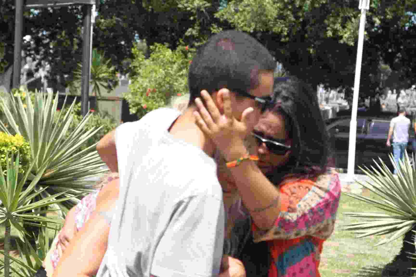 Brita Brazil é amparada por parentes ao chegar para a cremação do corpo de seu filho, Rian Brito, que tinha 25 anos - Anderson Borde/AgNews