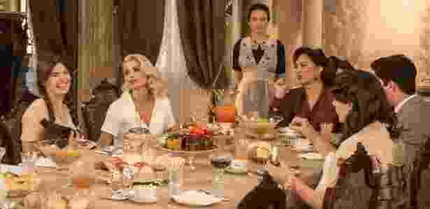 Anastácia (Eliane Giardini) toma café da manhã e observa Mafalda (Camila Queiroz) com a porquinha Nina no colo - João Cotta/ TV Globo - João Cotta/ TV Globo