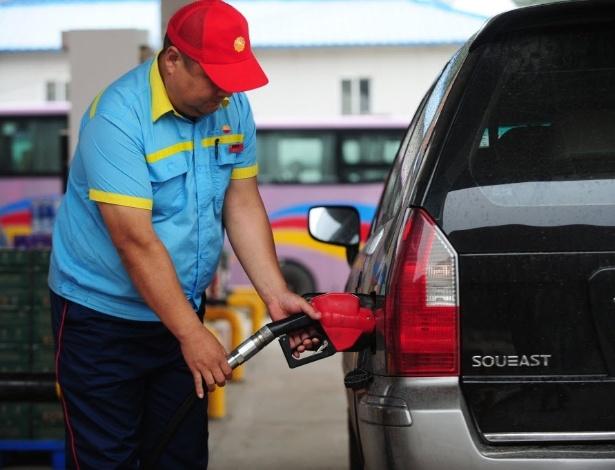 Minivan é abastecida com diesel na China; no Brasil, apenas utilitários podem usar o combustível - Feng Dapeng/Xinhua