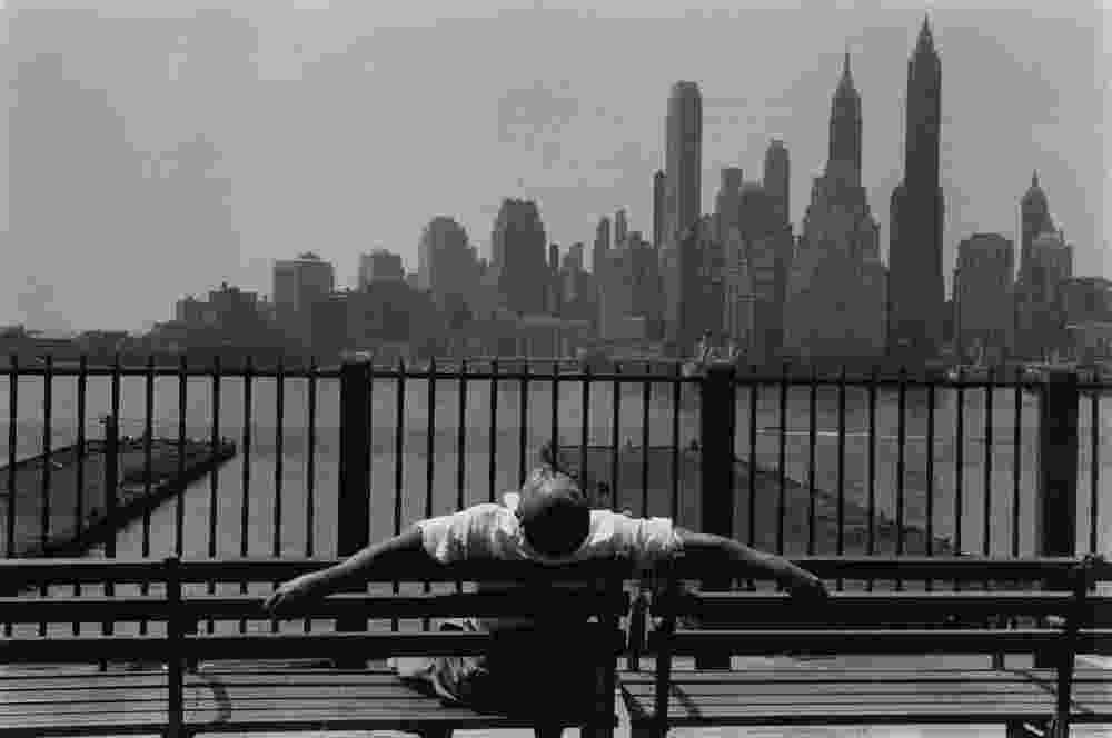 Jovem descansa no Brooklyn em 1954 - Louis Stettner