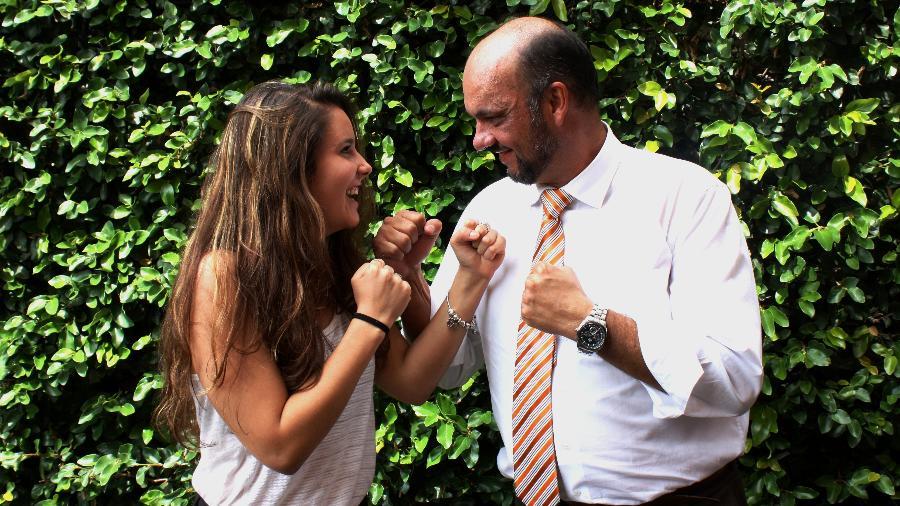Mariana, 18, e o pai Vitor, 46, não concordam quando o assunto é política, mas mantêm boa relação - Julia Guglielmetti/UOL