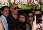 Atração da Comic-Con Experience, Vin Diesel é cercado por fãs na chegada a SP