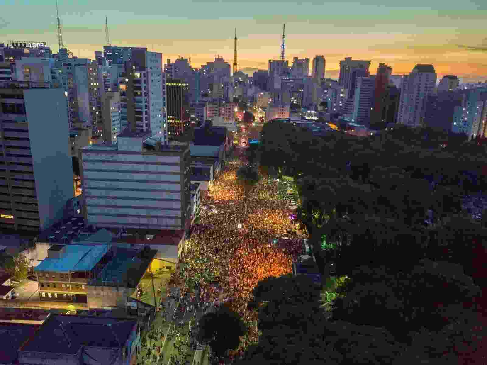 19.fev.2017 - Imagem aérea do Acadêmicos do Baixo Augusta, que saiu no domingo pré-Carnaval na rua da Consolação, em São Paulo - Marcos Camargo/UOL