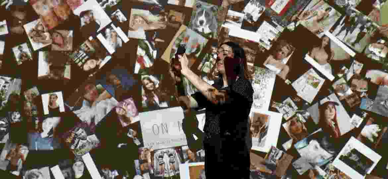 """Visitante faz sua própria selfie dentro da exposição """"From Selfie to Self-Expression"""", em Londres - Stefan Wermuth/Reuters"""