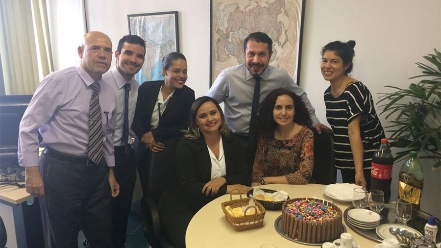 Rômulo Neves ganha festinha dos colegas de trabalho - Reprodução/Twitter