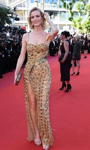 A modelo Eva Herzigova apostou em um vestido dourado de alça