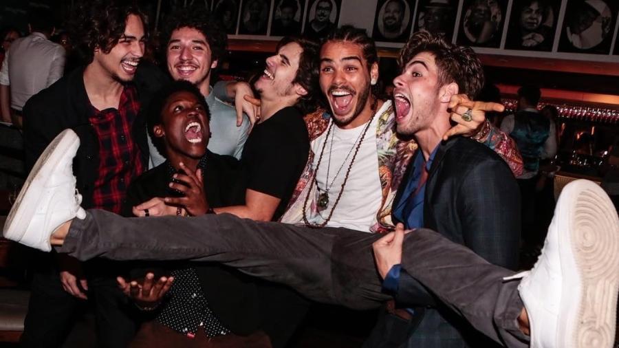 """O ator Maicon Rodrigues publica foto ao lado dos ex-colegas de """"Rock Story"""", novela das sete da Globo - Reprodução/Instagram/maiconrodrigues10"""