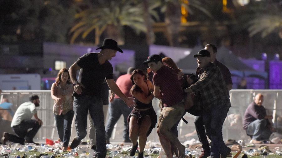 1.out.2017 - Pessoas carregam vítima após tiroteio em festival de música country, em Las Vegas, Nevada - David Becker/Getty Images/AFP