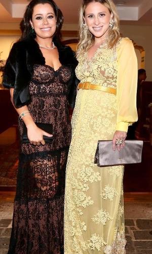 Lethícia Bronstein (de amarelo), estilista responsável pelo vestido da noiva, que aparece com Daniela Filomeno Seripieri, também exibiu o toque em um modelo de sua autoria. Nele, o amarelo mais forte que o do vestido dá um ar moderno ao modelo rendado e mais claro
