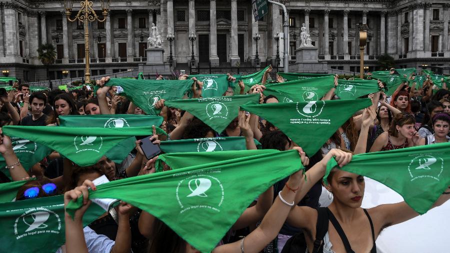 As argentinas foram às portas do Congresso em Buenos Aires para pedir pelo seu direito de escolha - Raul Ferrari / AFP