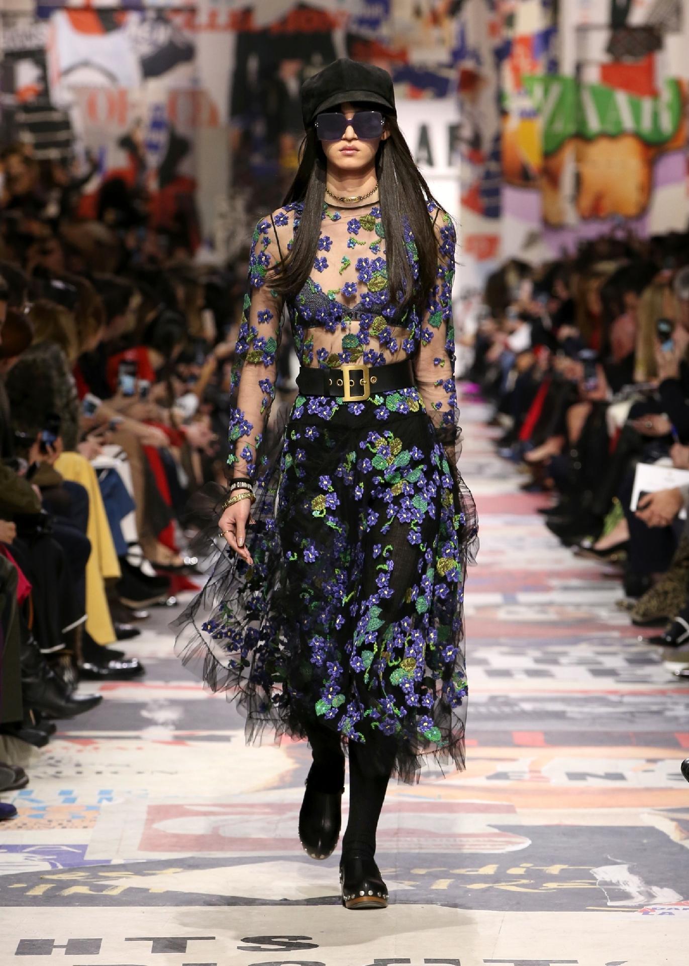 3ebfce7cc Dior celebra meio século do feminismo