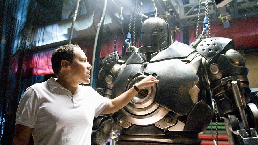 """O diretor Jon Favreau nos bastidores de """"Homem de Ferro"""" - Reprodução"""