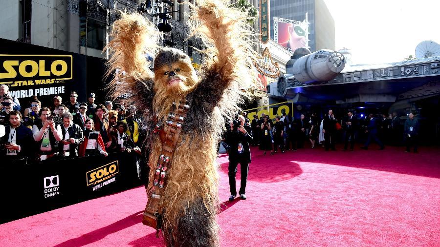 """Chewbacca na estreia de """"Han Solo"""". Ao fundo, a réplica da Millenium Falcon - Kevin Winter/Getty Images"""