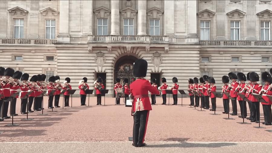 """A cerimônia da troca da Guarda da Rainha no Palácio de Buckingham teve como trilha sonora """"Respect"""", de Aretha Franklin - Reprodução/Youtube"""