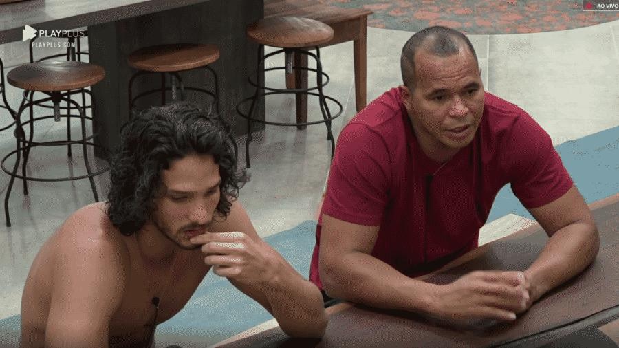 Aloísio Chulapa e João Zoli conversam na cozinha da sede - Reprodução/Play Plus