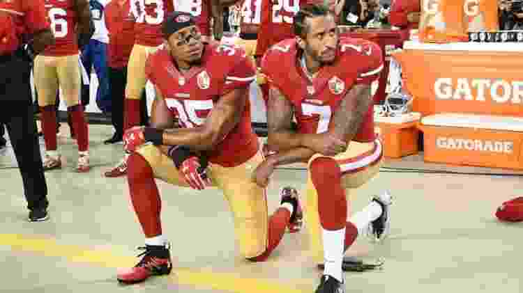 Eric Reid e Colin Kaepernick (à dir.) protestam durante execução do hino americano em 2016 - Thearon W. Henderson/Getty Images - Thearon W. Henderson/Getty Images