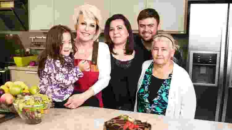 Cleusa com os filhos e a mãe dela ao lado de Ana Maria Braga em campanha publicitária feita com a apresentadora da Globo   - Divulgação