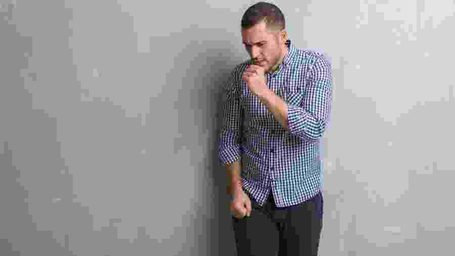 Tosse seca, falta de ar e chiado no peito são os principais sintomas de bronquite - iStock