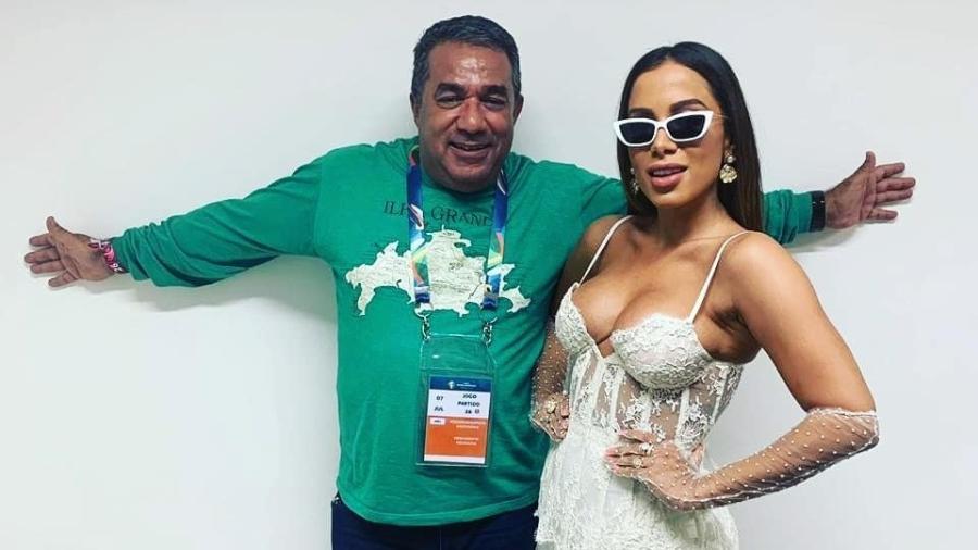 Anitta com o pai, Mauro Machado, antes de cantar no encerramento da Copa América, no Maracanã - Reprodução/Instagram