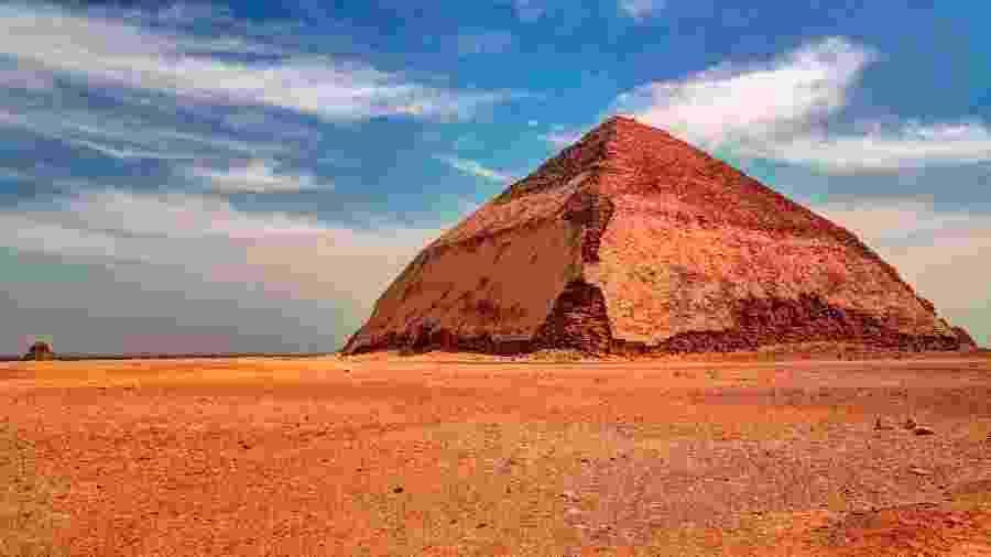 Vista panorâmica da pirâmide de Sneferu, em Dahsur, no Egito - Getty Images/iStockphoto