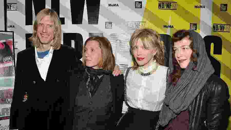 Eric Erlandson, Patty Schemel, Courtney Love e Melissa auf der Maur juntos em evento de 2011 - Getty Images