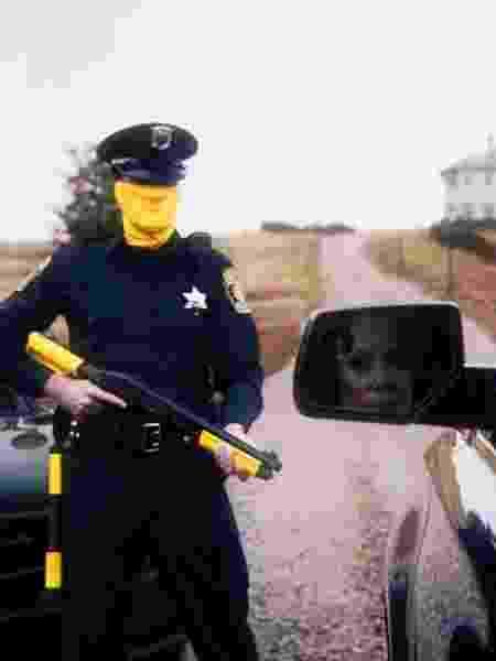 Laurie Blake e os policiais mascarados - Divulgação