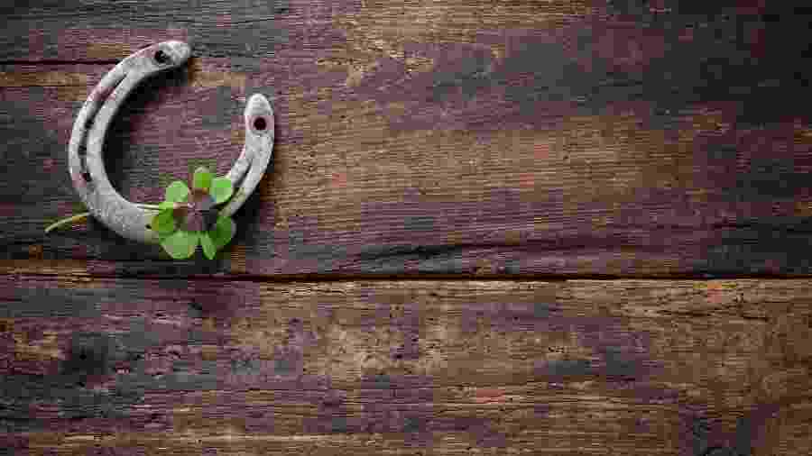 Ferradura e trevo-de-quatro-folhas são considerados amuletos de boa sorte - iStock