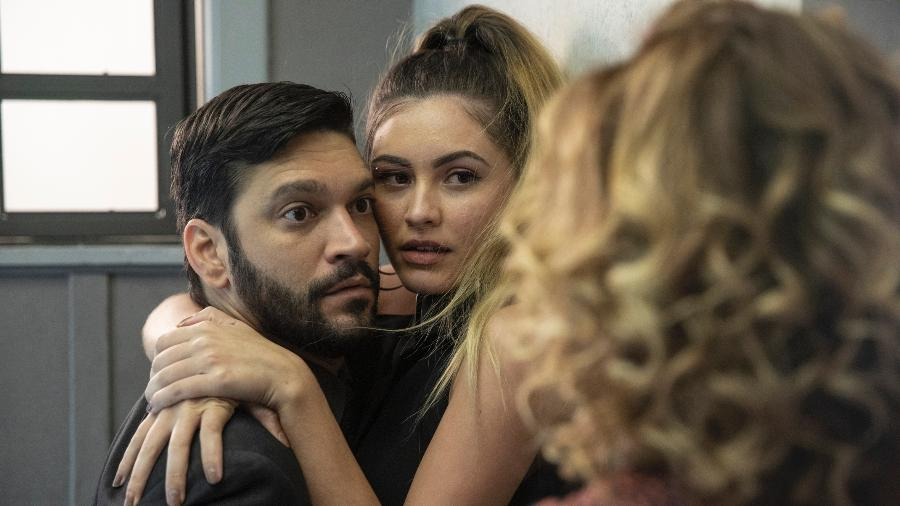 """Eugênia (Helena Fernandes) flagra Diogo (Armando Babaioff) com Jeniffer (Nathalia Altenbernd) em """"Bom Sucesso"""" - Globo/Victor Pollak"""