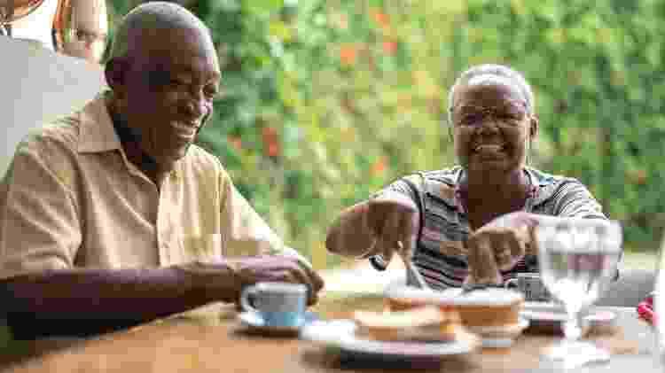 Casal de idosos comendo - iStock - iStock