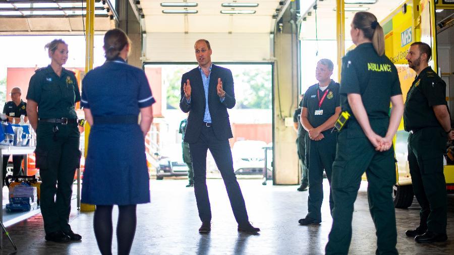 """16.06.2020 - Príncipe William conversa com socorristas na estação de ambulâncias de King""""s Lynn - WPA Pool/Getty Images"""