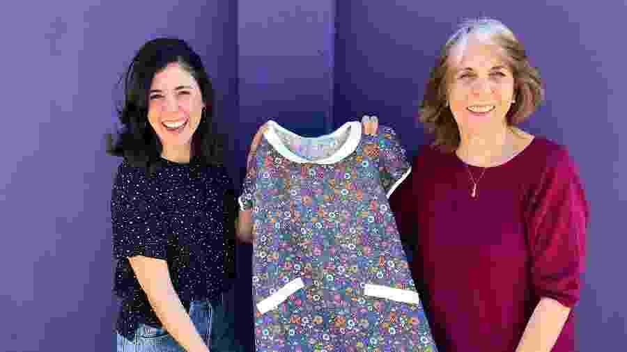 Eleonor e a filha segurando o vestido retrô com estampa florida que passou por gerações - Arquivo Pessoal