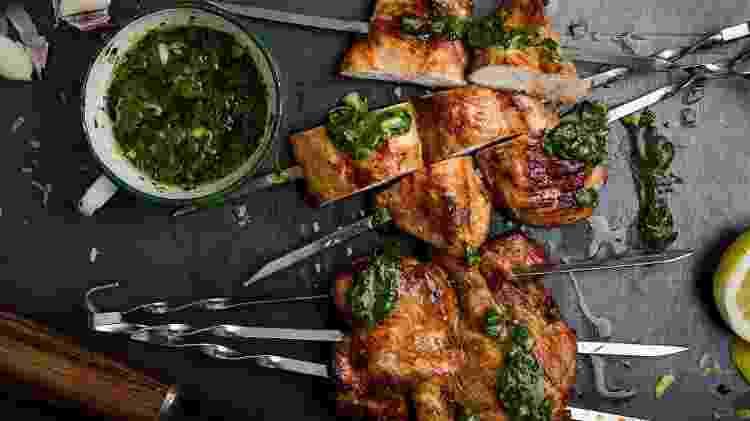 Peito de frango com dois queridinhos: barbecue e chimichurri - Getty Images - Getty Images