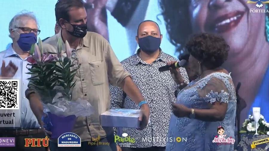 Tia Surica saúda o candidato Eduardo Paes durante o evento musical que festejou os 80 anos da matriarca da Portela - Reprodução