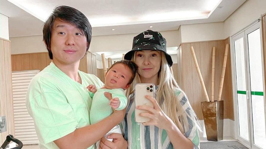 Sammy ao lado de Pyong e o filho do casal, Jake - Reprodução/Instagram