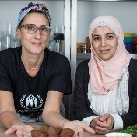 Paola Carosella e refugiada síria Salsabil  - Reprodução/Acnur