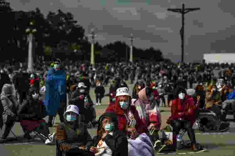 Peregrinos usando máscaras e mantendo distância social participam da peregrinação anual a Fátima no santuário de Fátima no centro de Portugal - Patricia de Melo Moreira/AFP - Patricia de Melo Moreira/AFP