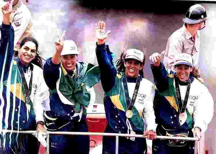 Adriana Samuel desfila em carro de Bombeiros com Mônica, Sandra e Jacqueline após a vitória nas Olimpíadas de Atlanta, em 1996 - Arquivo pessoal - Arquivo pessoal