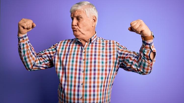 Adultos muestran músculos, fuertes y saludables - iStock - iStock